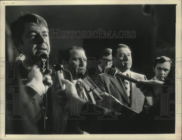 1975 Press Photo Howard Nolan speaks to reporters with others observing - Historic Images