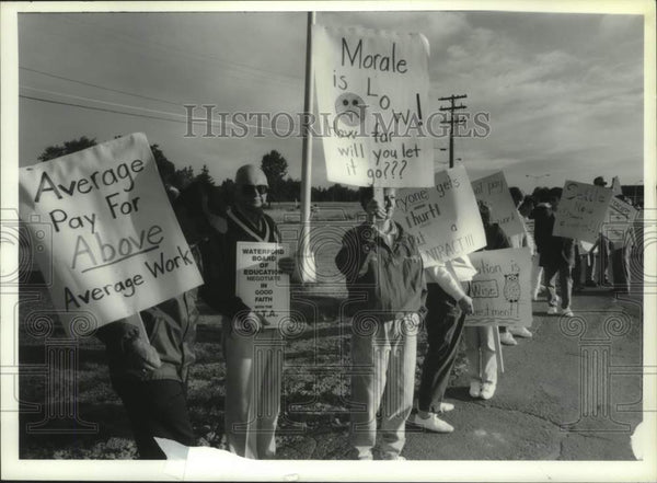 1994 Press Photo Waterford, New York teachers on picket line at Halfmoon School - Historic Images