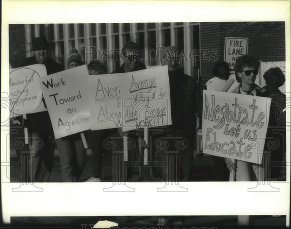 1994 Press Photo Waterford, New York teachers picket school board meeting - Historic Images