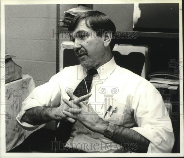 1991 Press Photo Dale Westcott, Teacher at Guilderland Middle School in new York - Historic Images