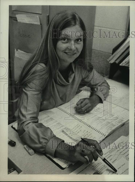 1977 Press Photo Nancy Scott, teacher, looking over papers - tua14442 - Historic Images