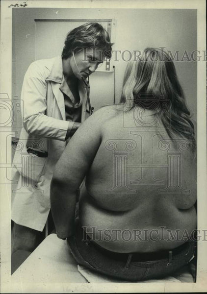 1976 Press Photo Dr. Lyn Howard with unknown patient at AMCH Obesity Clinic - Historic Images