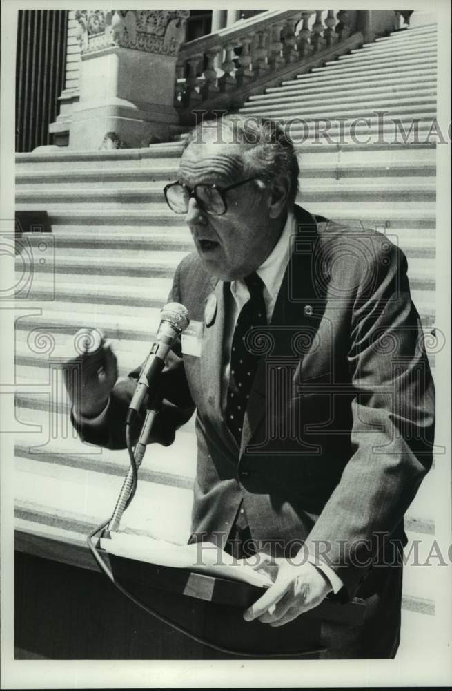 1981 Press Photo Ralph Schwartz speaks at doctors rally in Albany, New York - Historic Images