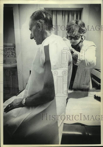 1976 Press Photo Genevieve I Kent, RN, NP examines Robert Stickles, both from NY - Historic Images