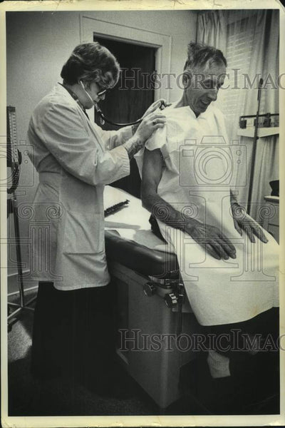 1976 Press Photo Genevieve Kent, RN, NP examines Robert Stickles, both from NY - Historic Images