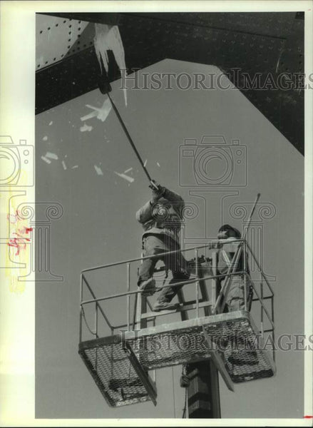 Press Photo New York Department of Transportation crew removes bridge icicles - Historic Images