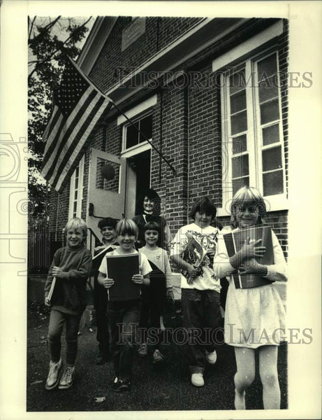 Press Photo Madeline Caruso with 1st grade class at North Greenbush, NY school - Historic Images