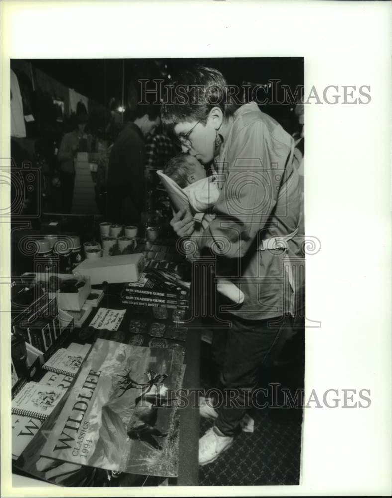 1994 Press Photo Northeast Great Outdoor Show attendees in Albany, New York - Historic Images