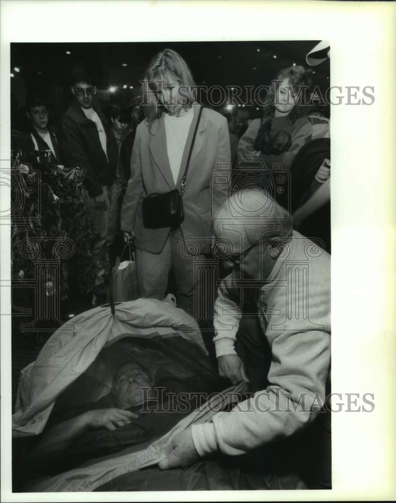 1994 Press Photo Vermont man tests sleeping bag at Albany, New York outdoor show - Historic Images