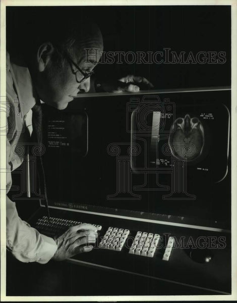 1983 Press Photo Doctor looks at images from Magnetic Resonance Imaging machine - Historic Images