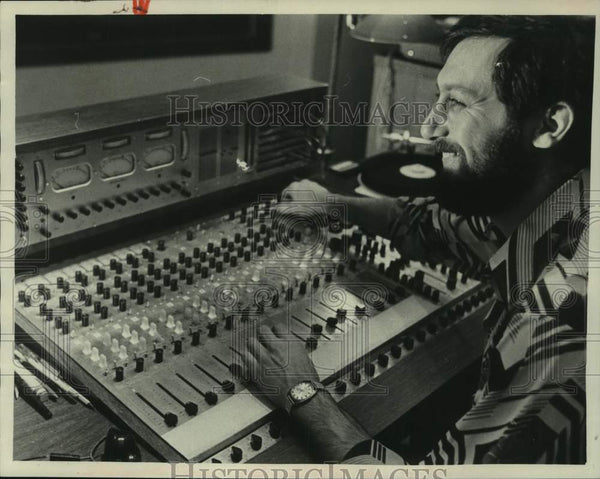 1975 Press Photo Nate Schwartz sits at sound engineering machine - tua15073 - Historic Images