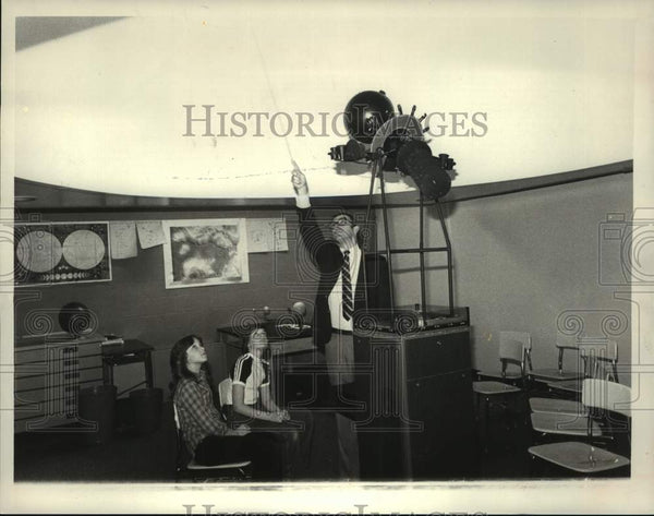 1984 Press Photo Wesley Knapp & science students, Scotia-Glenville School, NY - Historic Images