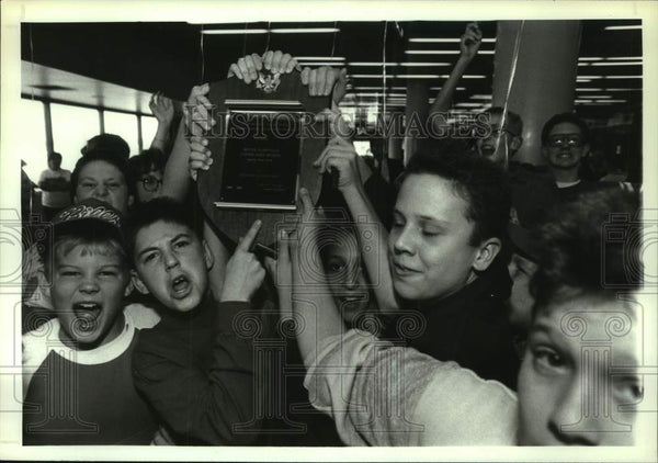 1989 Press Photo Scotia-Glenville students with education award in Albany, NY - Historic Images