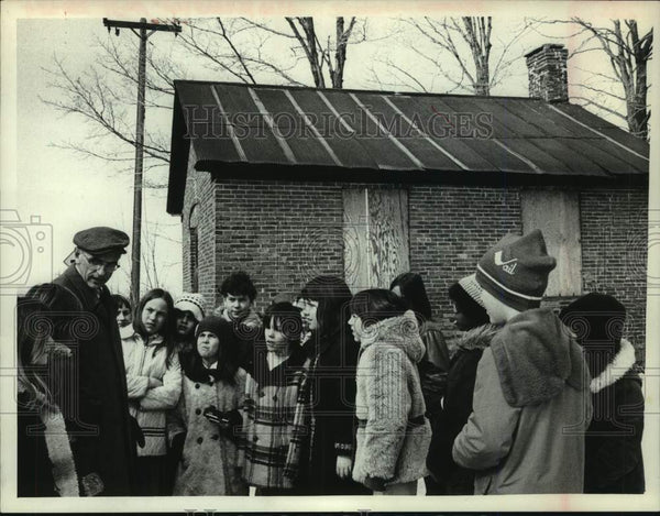 1976 Press Photo Scotia, NY school principal tells students about 1-room school - Historic Images