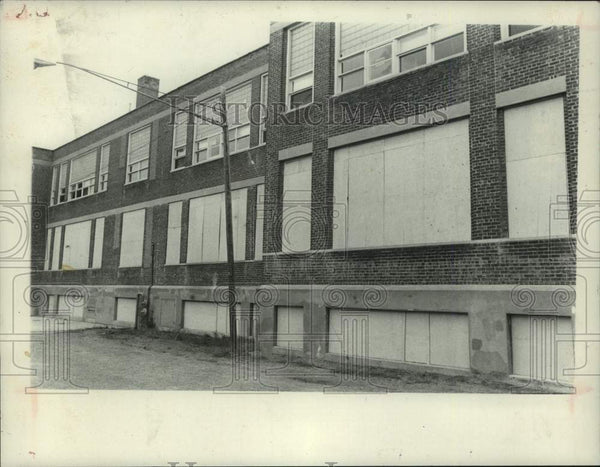 1981 Press Photo Boarded up windows on Mohawk School in Scotia, New York - Historic Images