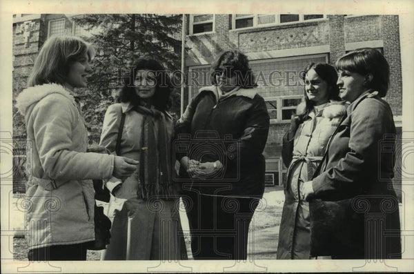 1980 Press Photo Parents confer outside Mohawk School in Scotia, New York - Historic Images