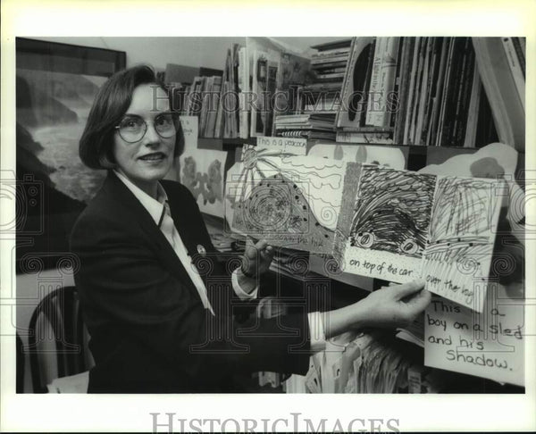 1993 Press Photo Dr. Kathleen Scott shows class materials in Albany, New York - Historic Images