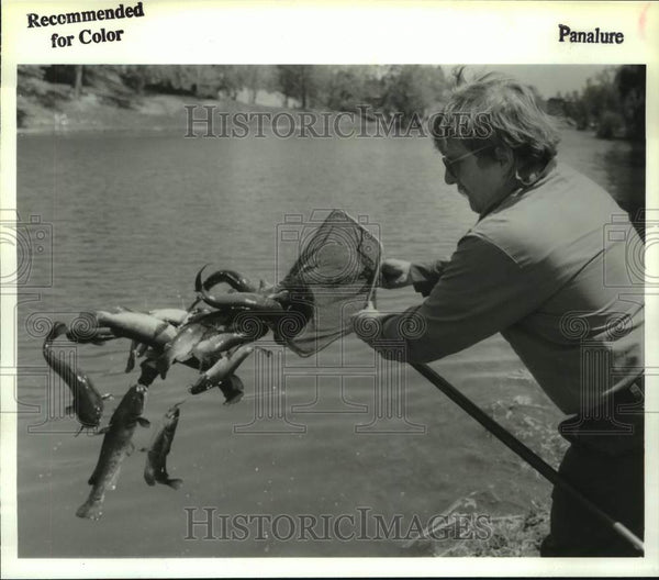 1992 Press Photo Joe Arabski restocks Washington Park Lake, Albany, New York - Historic Images