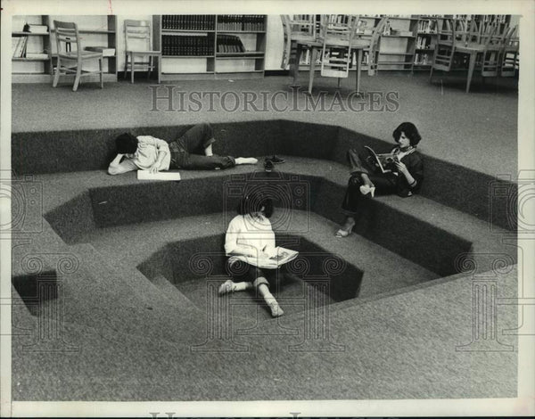 1981 Press Photo Students read in high school library in Schenectady, New York - Historic Images