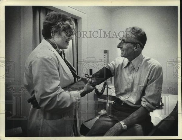 1976 Press Photo Edmeston, New York nurse checks blood pressure of patient - Historic Images