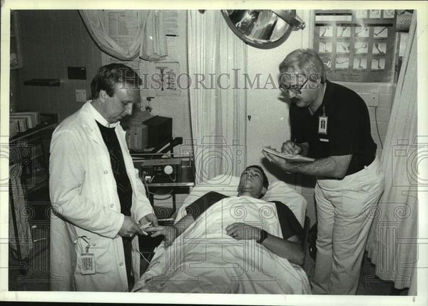 1990 Press Photo Albany, New York Medical Center nurses tend to patient - Historic Images