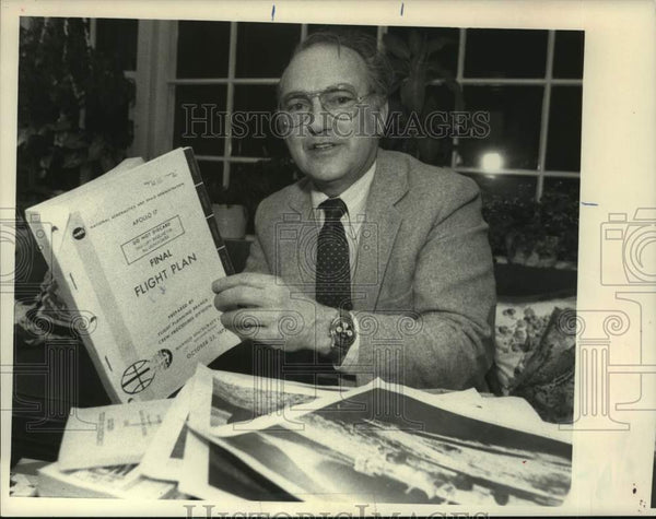1986 Press Photo Thomas Norton with space paraphernalia collection in New York - Historic Images