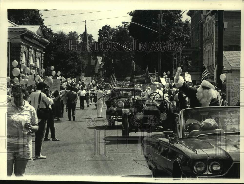 1987 Press Photo Santa Claus leads off Oliver North Day parade in Philmont, NY - Historic Images