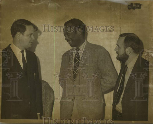 Press Photo Skidmore College officials speak with guest speaker, Saratoga, NY - Historic Images
