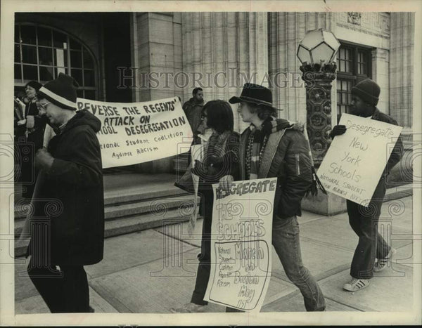 1975 Press Photo Protestors outside New York State Education building, Albany - Historic Images