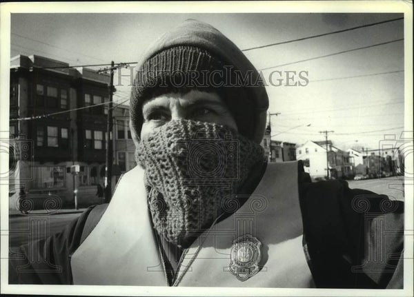 1991 Press Photo School crossing guard fends off the cold in Albany, New York - Historic Images