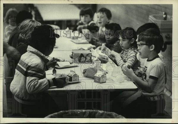 1981 Press Photo Albany, New York students eat meals from school lunch program - Historic Images
