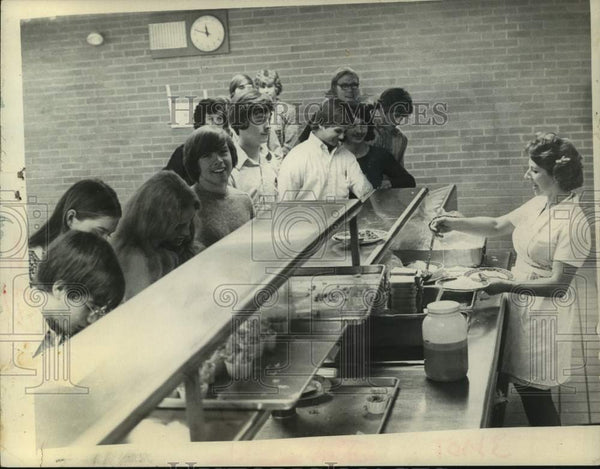 1975 Press Photo Albany, NY High School students line up in school cafeteria - Historic Images