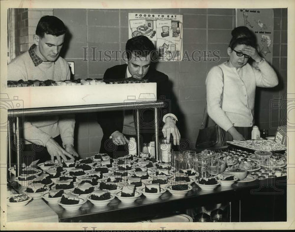 Press Photo Diners look over food options at Albany, New York school cafeteria - Historic Images