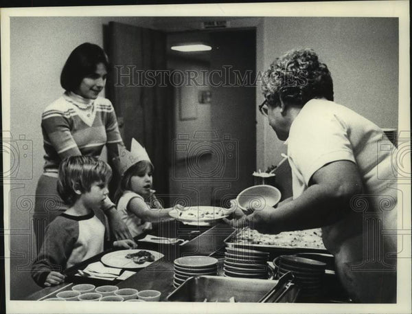 1981 Press Photo Scotia, New York first graders served in school cafeteria - Historic Images
