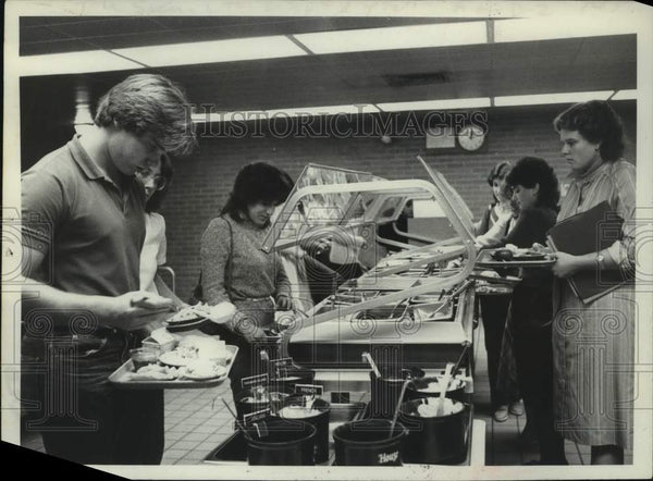 1982 Press Photo Albany, New York students at salad bar in school cafeteria - Historic Images