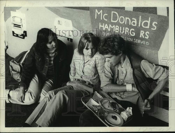 1982 Press Photo Albany, New York students in cafeteria at Shaker High School - Historic Images