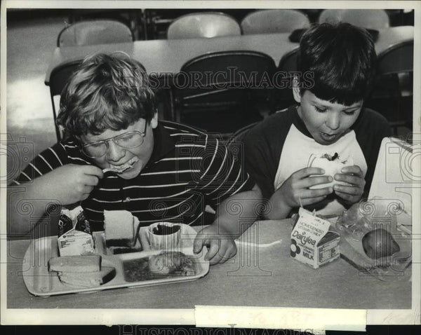 1982 Press Photo East Greenbush, New York students eat lunch in school cafeteria - Historic Images