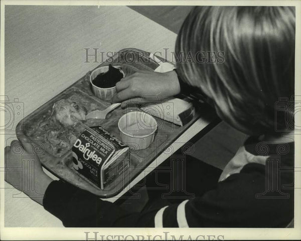 1982 Press Photo Student eats lunch in East Greenbush, New York school cafeteria - Historic Images