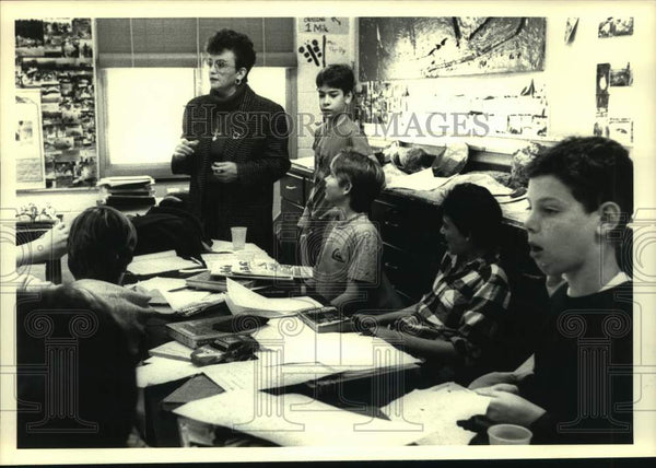 1988 Press Photo Marilyn Watkins, teacher, talks with her 6th grade students - Historic Images