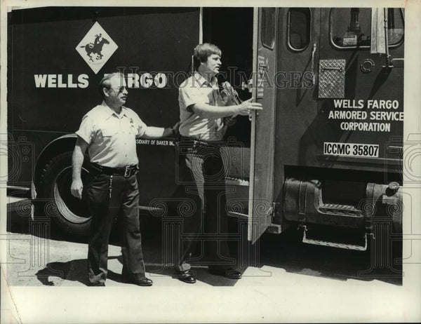 1981 Press Photo Wells Fargo drivers deliver final exams at Union College, NY - Historic Images