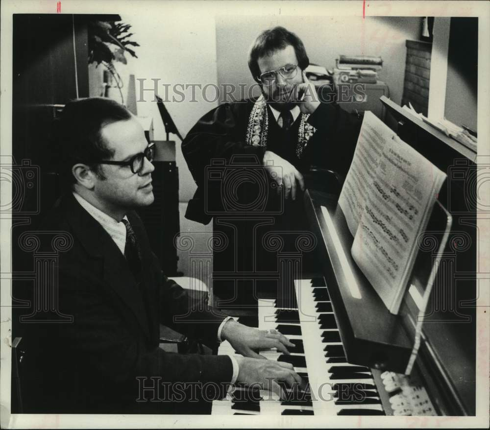 1975 Press Photo Robert Wells plays organ as Cantor Howard Stahl, looks on - Historic Images