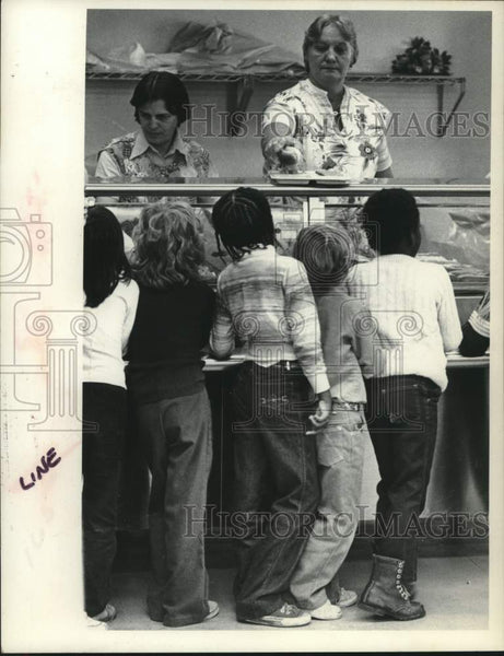 1981 Press Photo Students stand in line for the school lunch program - tua15925 - Historic Images