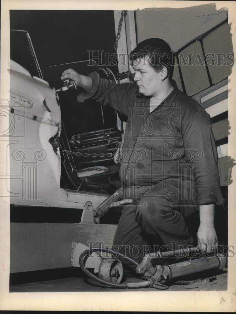 Press Photo David Hicks repairs a vehicle using a damage dozer. - tua15930 - Historic Images