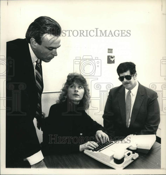 1989 Press Photo New York executives demonstrate communication device in Albany - Historic Images