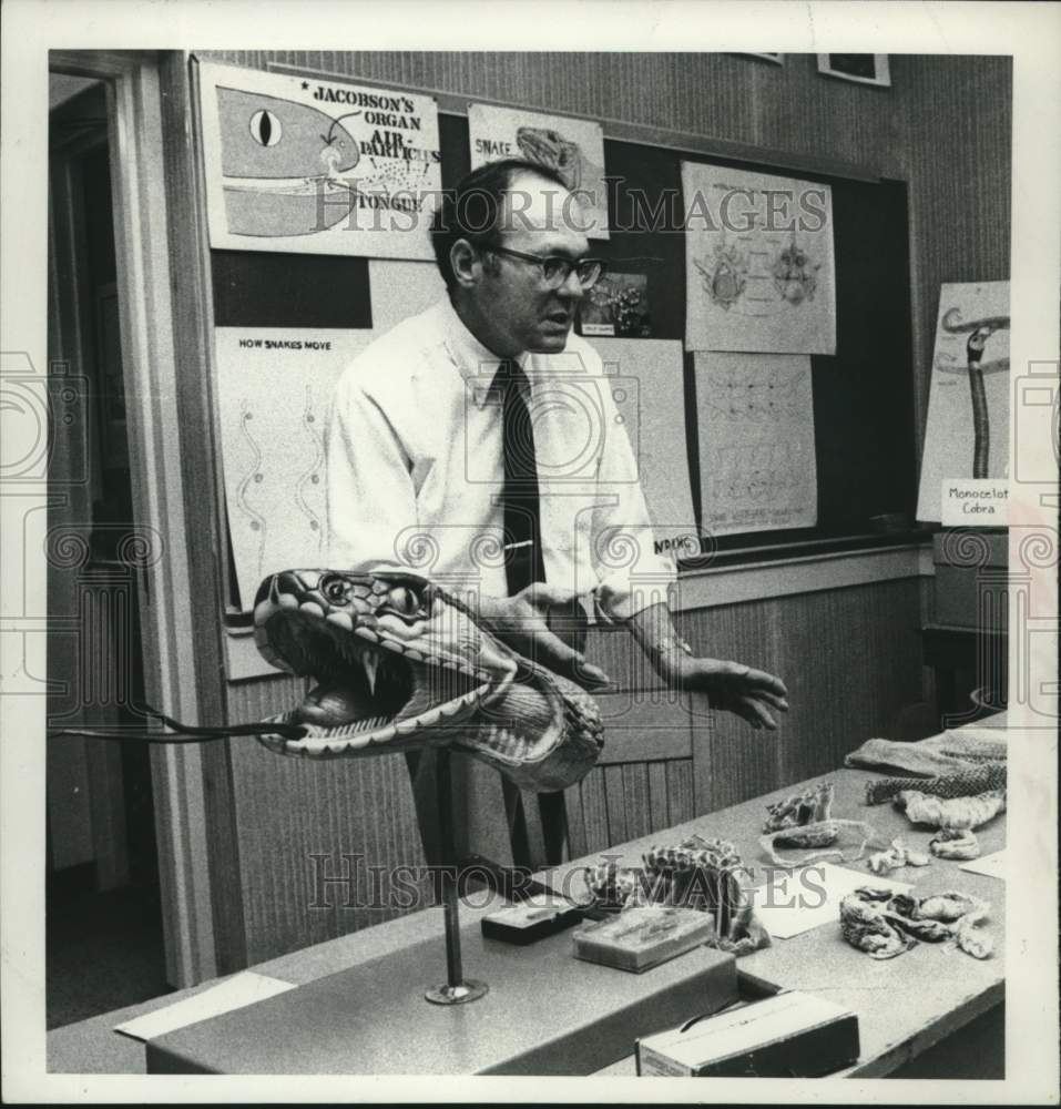 1980 Press Photo Biology Professor Harold Schwager, Junior College of Albany, NY - Historic Images