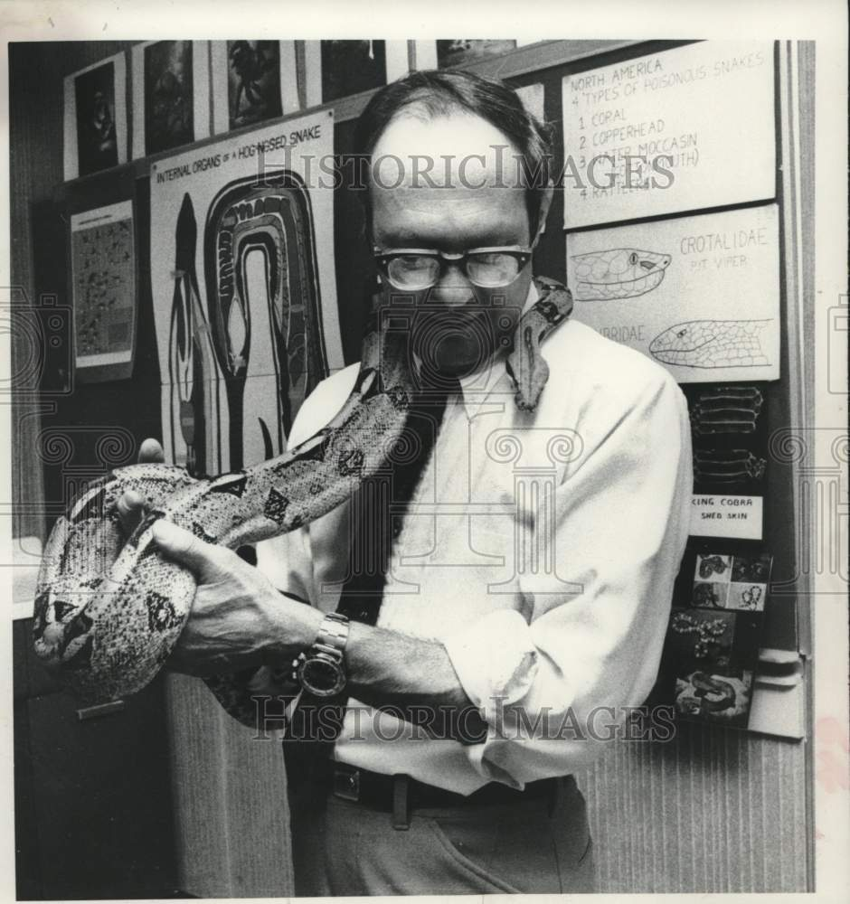 1980 Press Photo Albany, NY Biology Professor Harold Schwager hold large snake - Historic Images