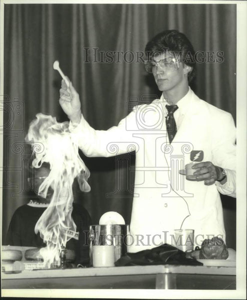 1991 Press Photo Mark Sartor demonstrates science experiment in Albany, New York - Historic Images