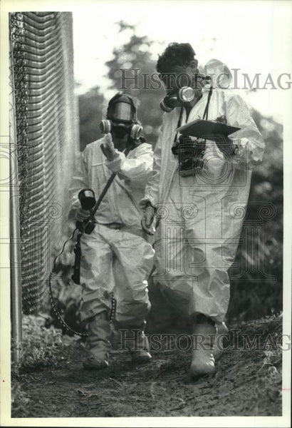 1990 Press Photo Environmental workers perform tests at Schenectady, NY landfill - Historic Images