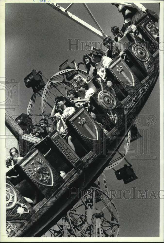 "1989 Press Photo Fair goers ride the ""Sea Dragon"" at Schaghticoke, New York fair - Historic Images"
