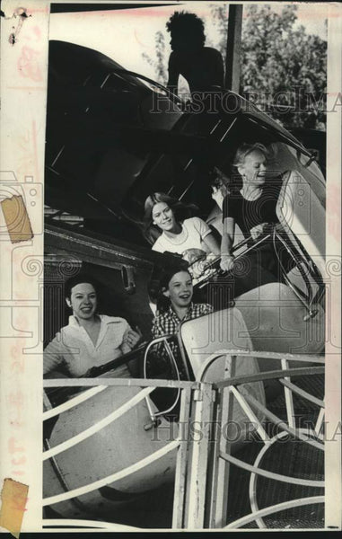 1975 Press Photo Fair goers on a midway ride at the Schaghticoke, New York fair - Historic Images